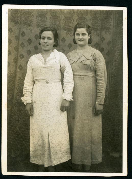 Retrato de Capitolina González junto a su amiga Floripes Fernández