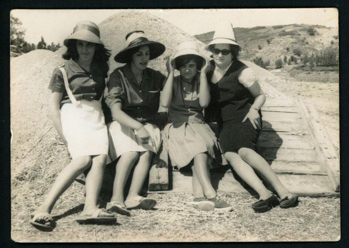 Chicas sentadas en un trillo en la era de Devesa de Curueño
