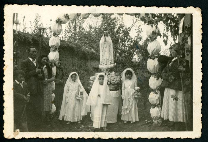 Procesión de la Virgen de Fátima con niñas vestidas de primera comunión en Devesa de Curueño