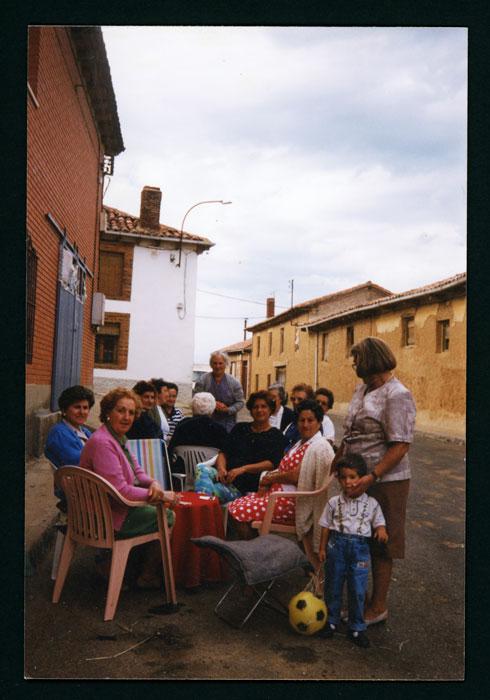 Grupo de mujeres jugando a la brisca en una calle de Castro del Condado
