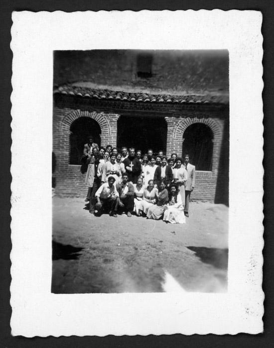 Fraile con grupo de jóvenes en la puerta de la iglesia de Castro del Condado