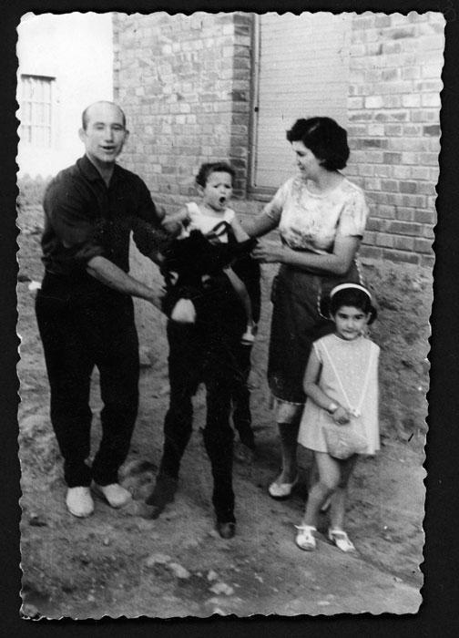 Familia Castro Robles con un borriquillo en Castro del Condado.