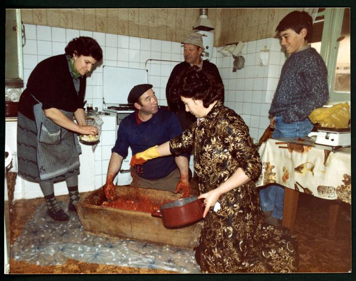 Adobando la matanza en una cocina de Castro del Condado.
