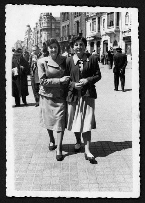 Aida Robles y Amparo paseando por León