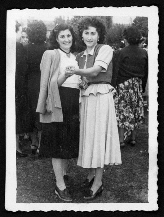 Aida Robles y Luz Fernández bailando en la era en la fiesta de Castro del Condado.