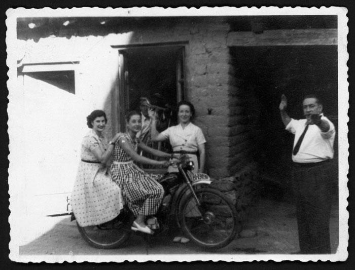 Chicas posando en una moto durante las fiestas de Ambasaguas de Curueño
