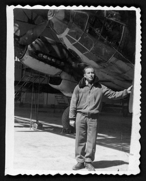 Teodorino Castro junto a un avión durante el servicio militar en Valladolid.
