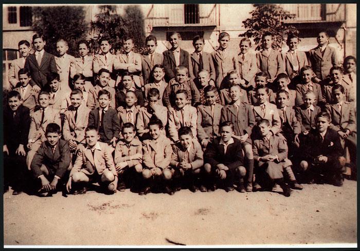 Teodorino Castro junto a otros alumnos en una escuela de otra provincia.