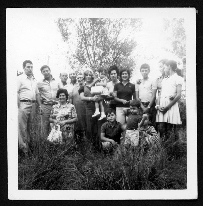 Grupo familiar en una huerta en Castro del Condado I