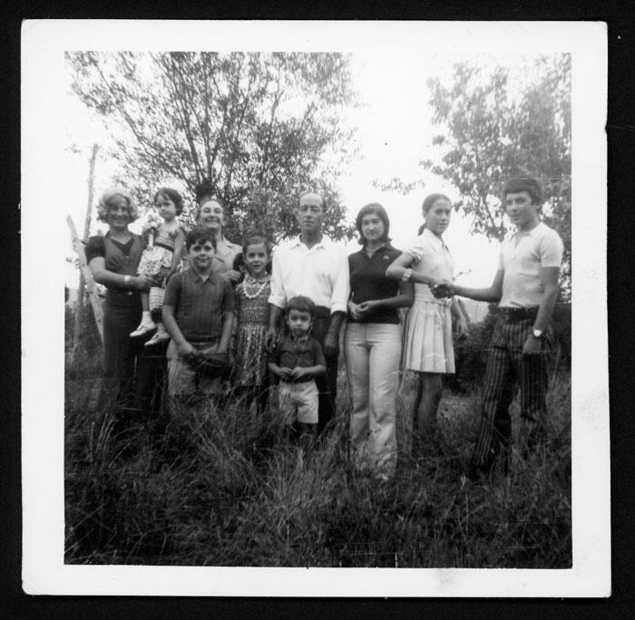 Grupo familiar en una huerta en Castro del Condado II