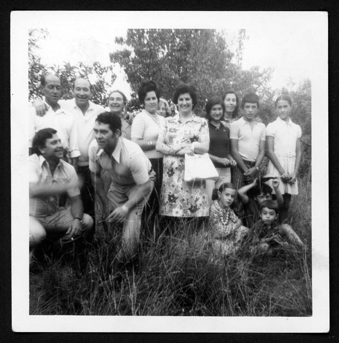 Grupo familiar en una huerta en Castro del Condado III