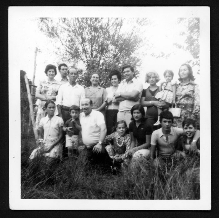 Grupo familiar en una huerta de Castro del Condado IV