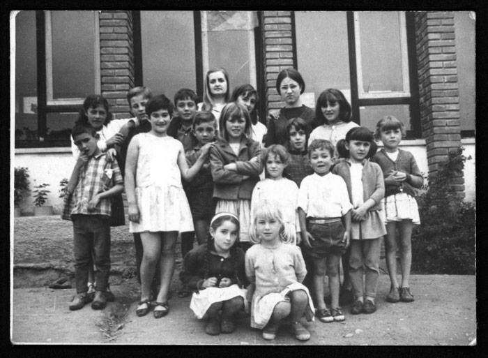 Grupo de escolares con la maestra de Castro del Condado.