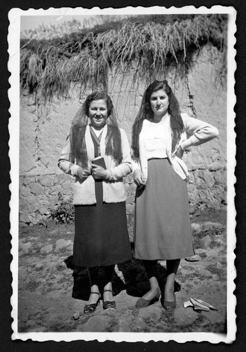 Aida Robles y Raquel Prieto volviendo de misa en Castro del Condado.