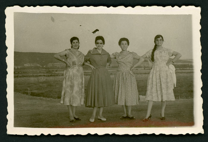 Grupo de chicas posando en jarras durante la fiesta de Santiago de Vegas del Condado.