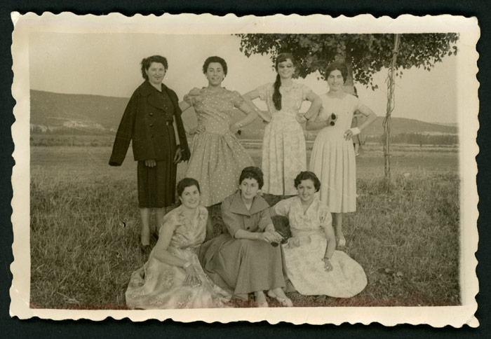 Grupo de chicas posando durante la fiesta de Santiago de Vegas del Condado.