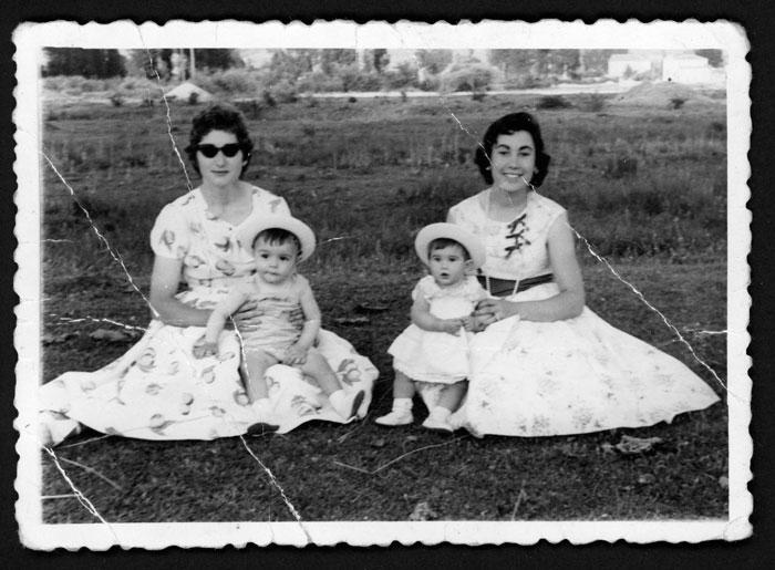 Mujeres con niños en las fiestas de Barrio de Nuestra Señora