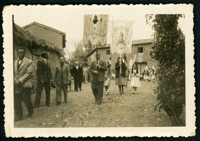 Procesión de las fiestas de San Miguel en Devesa de Curueño.
