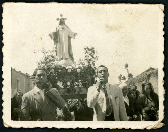 Imagen del Corazón de Jesús llevado en andas en una procesión en Devesa del Curueño.