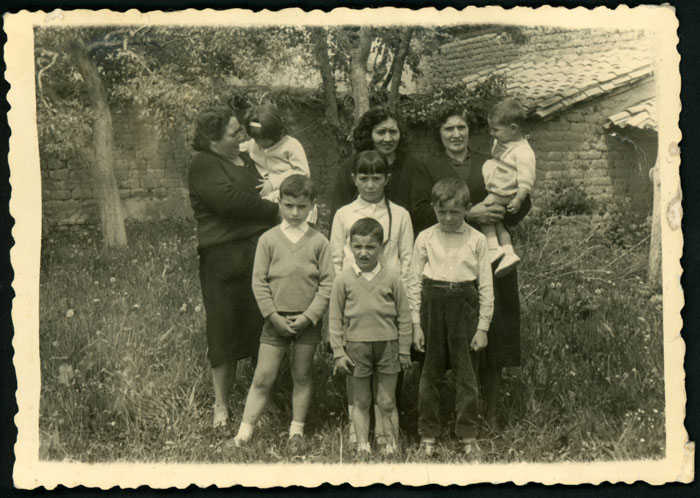 Humildad, Encarna y Enélida López junto a sus hijos en la huerta familiar de Devesa de Curueño