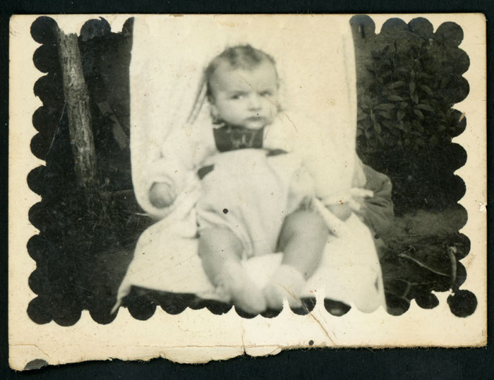 Niño pequeño sentado