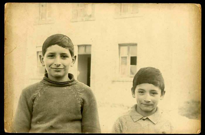 Antonio y Daniel Robles en la puerta de la escuela de Devesa de Curueño