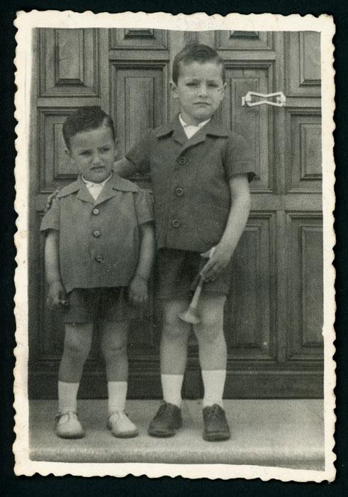 Miguel y Jesús Robles delante de la puerta de la casa de Marcelino en Devesa de Curueño II