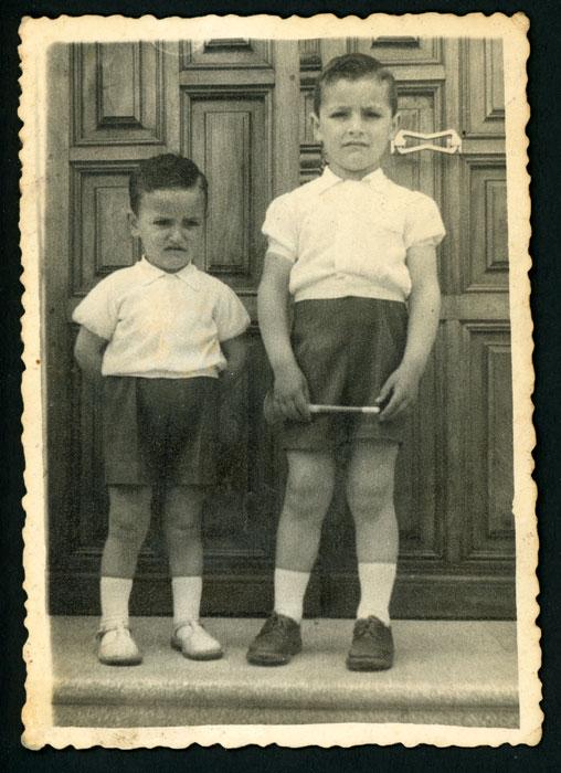 Miguel y Jesús Robles delante de la puerta de la casa de Marcelino en Devesa de Curueño I