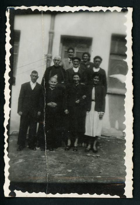 Vecinos de Devesa de Curueño posando en la casa de la escuela