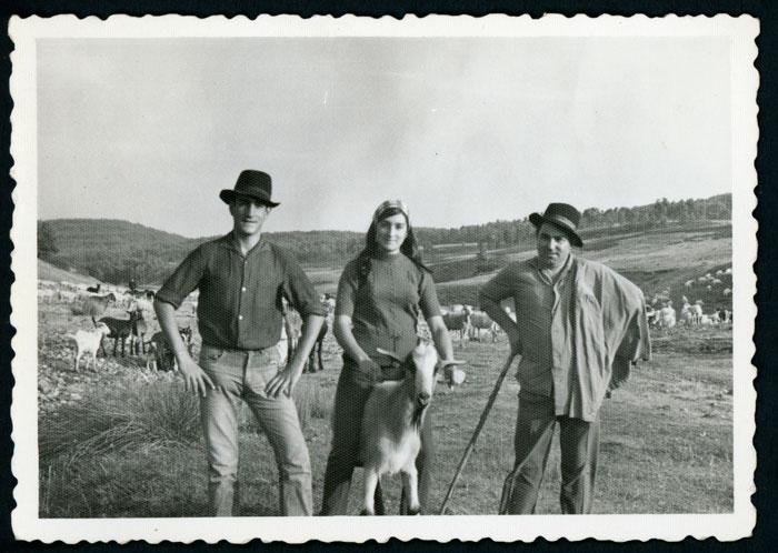 Santiago Robles, Gelines Robles y Félix con el rebaño en Valmayor