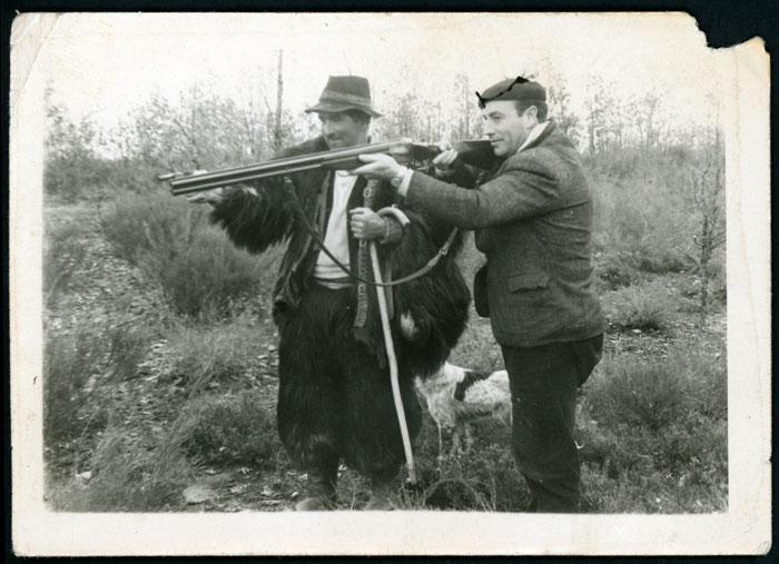 Emérito Robles apuntando con el fosco junto a un cazador apuntando con una escopeta