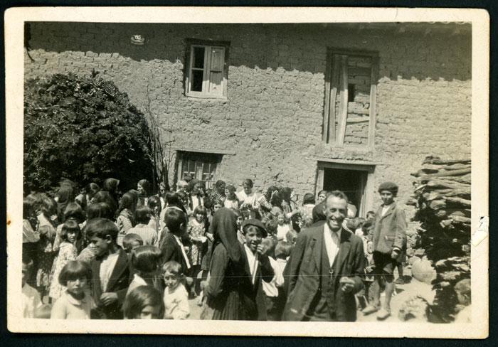 El tío Gildo y la juventud en la boda de María y Nisanías en Cerezales del Condado I