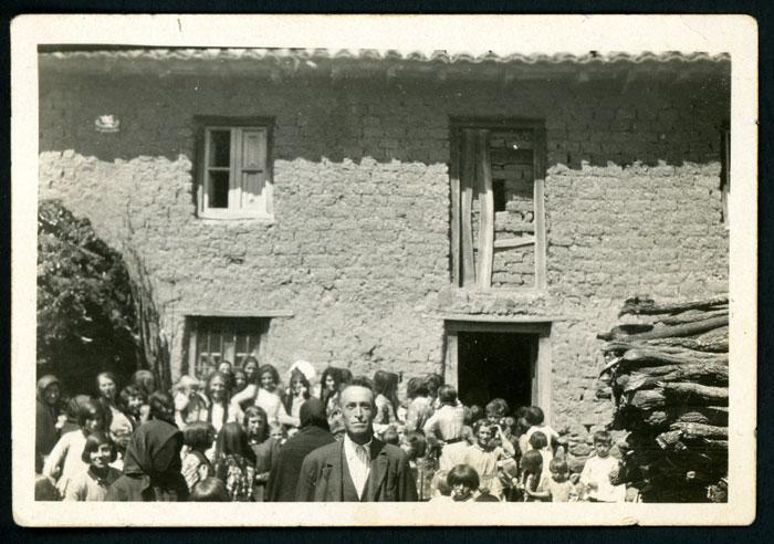 El tío Gildo y la juventud en la boda de María y Nisanías en Cerezales del Condado II