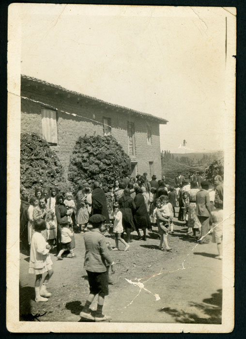 Grupo de niños y mujeres en la boda de María y Nisanías en Cerezales del Condado
