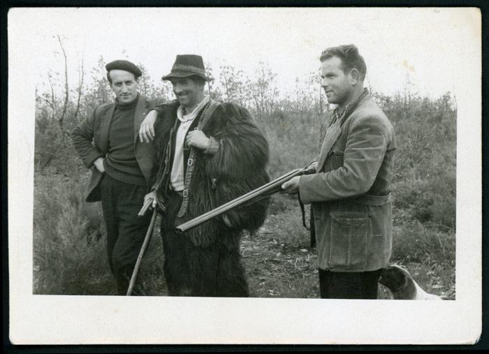 Emérito Robles de pastor junto a los cazadores Segis y Amado en el monte