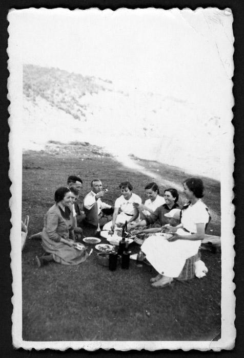Grupo de personas merendando en el Soto de Barrillos de Curueño