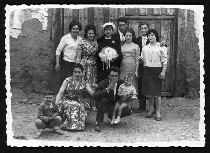 Grupo de invitados junto a Paulina Diez el día de su boda en Barrillos de Curueño.