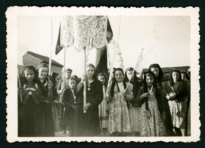 Grupo de chichas con estandartes en la procesión de la fiesta de Barrillos de Curueño