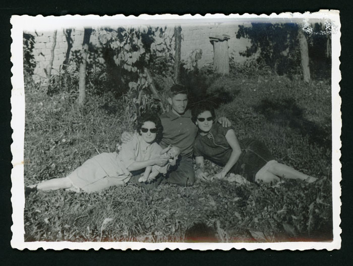 Ana Mari y Eduardo González con una amiga en la huerta familiar en Barrillos de Curueño II