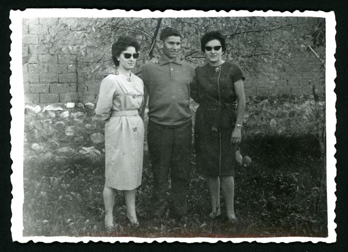 Ana Mari y Eduardo González con una amiga en la huerta familiar en Barrillos de Curueño I