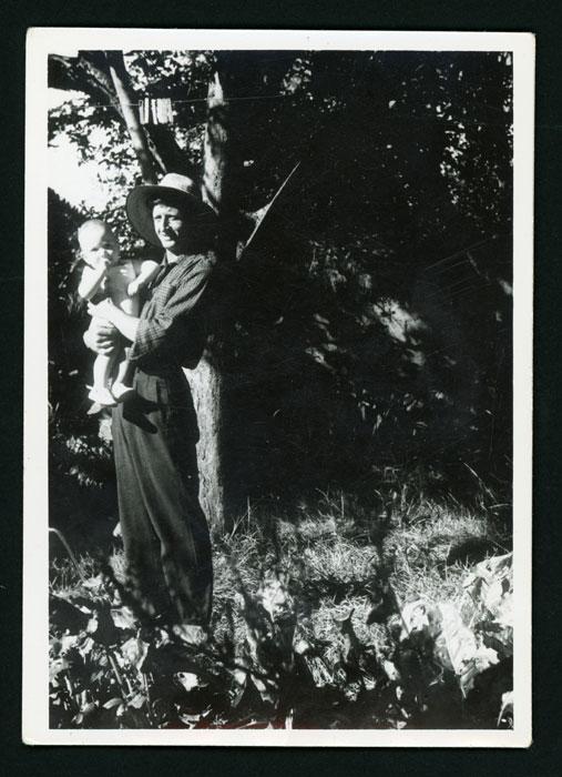 Benjamín González con su hijo Raúl en la huerta familiar en Cerezales del Condado.