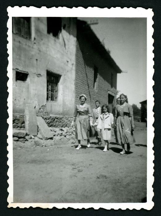 Grupo de personas dirigiéndose al cantamisas de un primo en Barrillos de Curueño II
