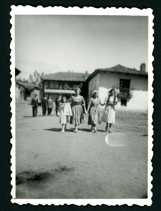 Grupo de personas dirigiéndose al cantamisas de un primo en Barrillos de Curueño III