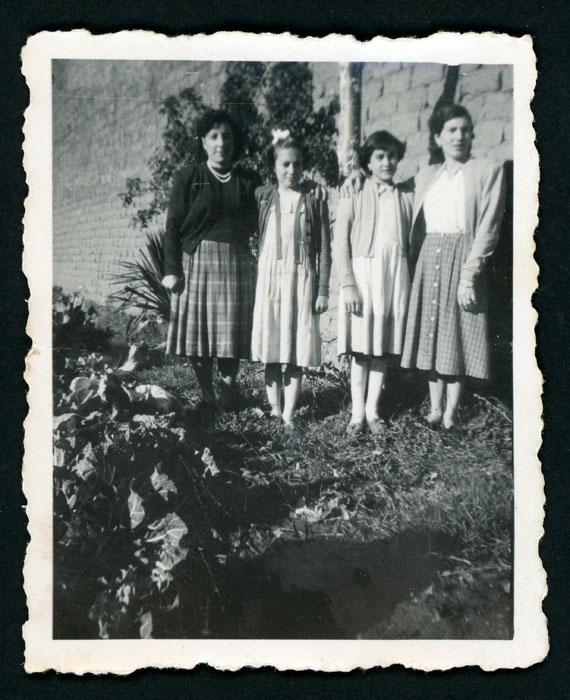 Ana Mari González con dos hermanas y una amiga posando en una huerta de Barrillos de Curueño