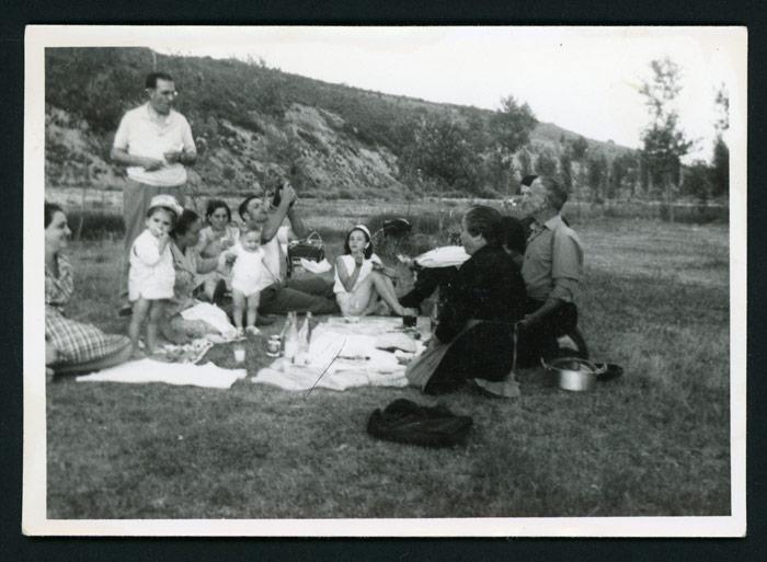 Familia merendando en el Soto de Barrillos de Curueño