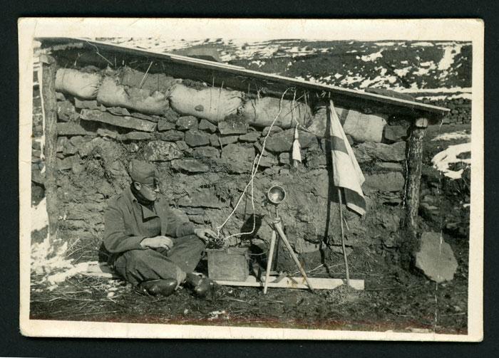 Teófilo Robles de militar con una radio en Llanos de Alba durante la guerra