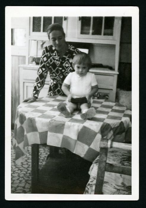 Ana Mari González y su hijo José Benjamín González en la cocina de la casa paterna en Barrillos de Curueño.