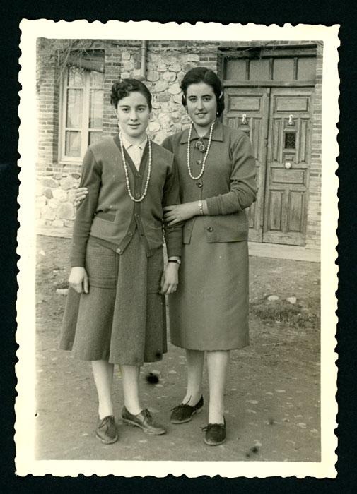 Ana Mari González y una amiga posando en la calle en Barrillos de Curueño