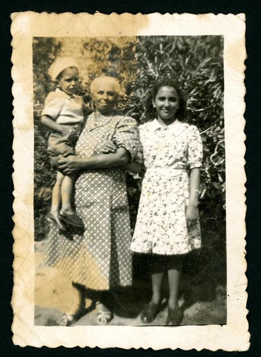 Esperanza Castro con su madre y hermano de visita desde Argentina en Barrillos de Curueño.