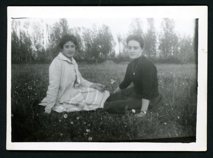 Ana Mari González y Paulina Diez sentadas en una pradera en Barrillos de Curueño